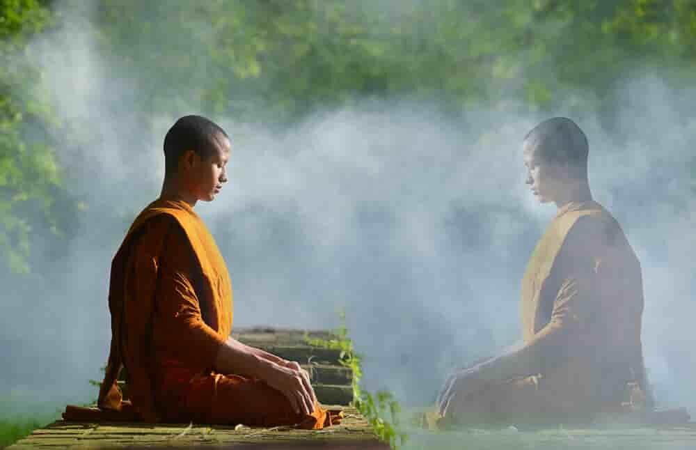 瞑想で自分自身の心と向き合う僧侶