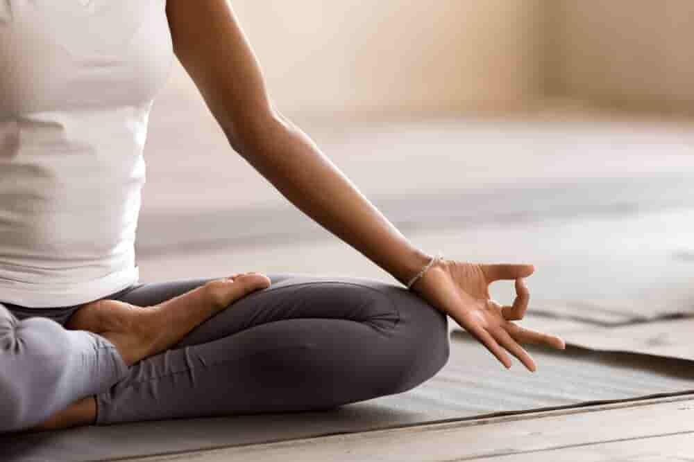 座禅を組んで瞑想する人