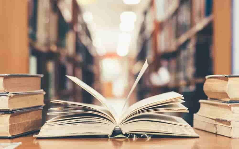 図書館の机に置かれた本