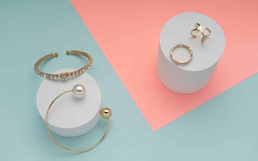 円柱の台にのった指輪とブレスレット