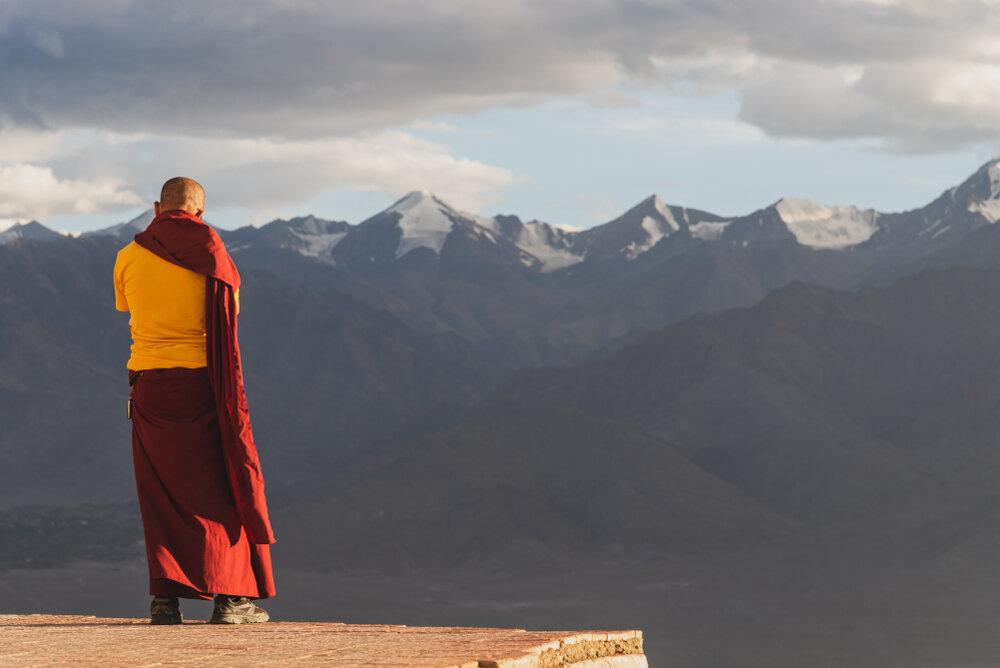山を見る僧侶