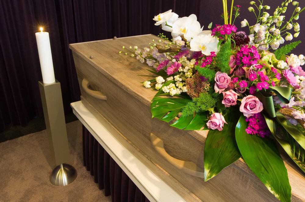 花が乗った棺