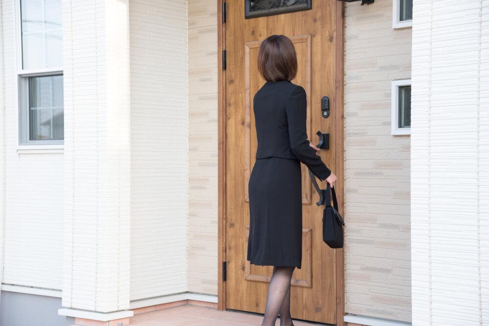 ドアを開ける女性