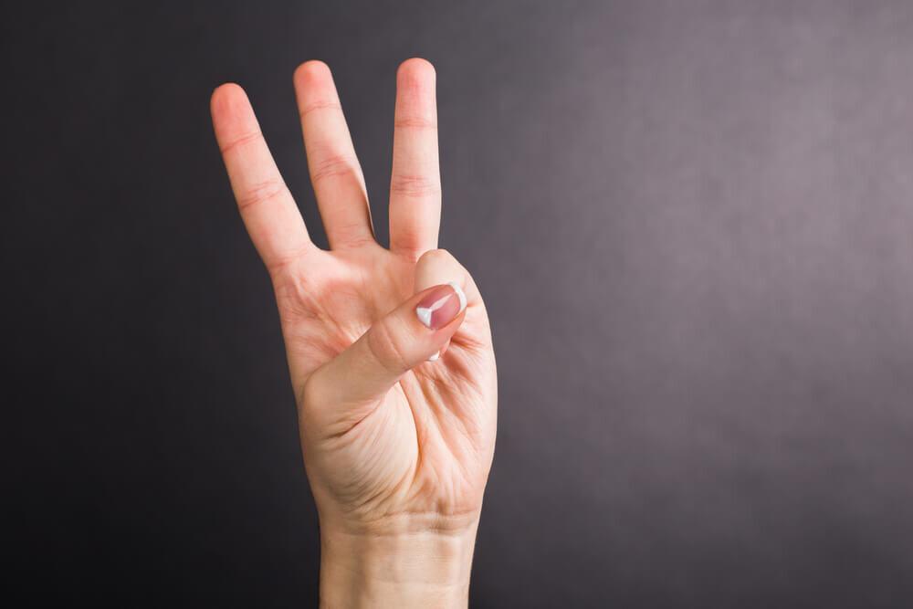 3を指で作った手