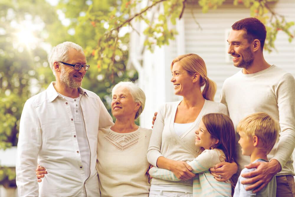 笑顔を浮かべる家族