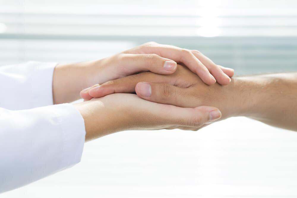 相手の手を包み込む両手