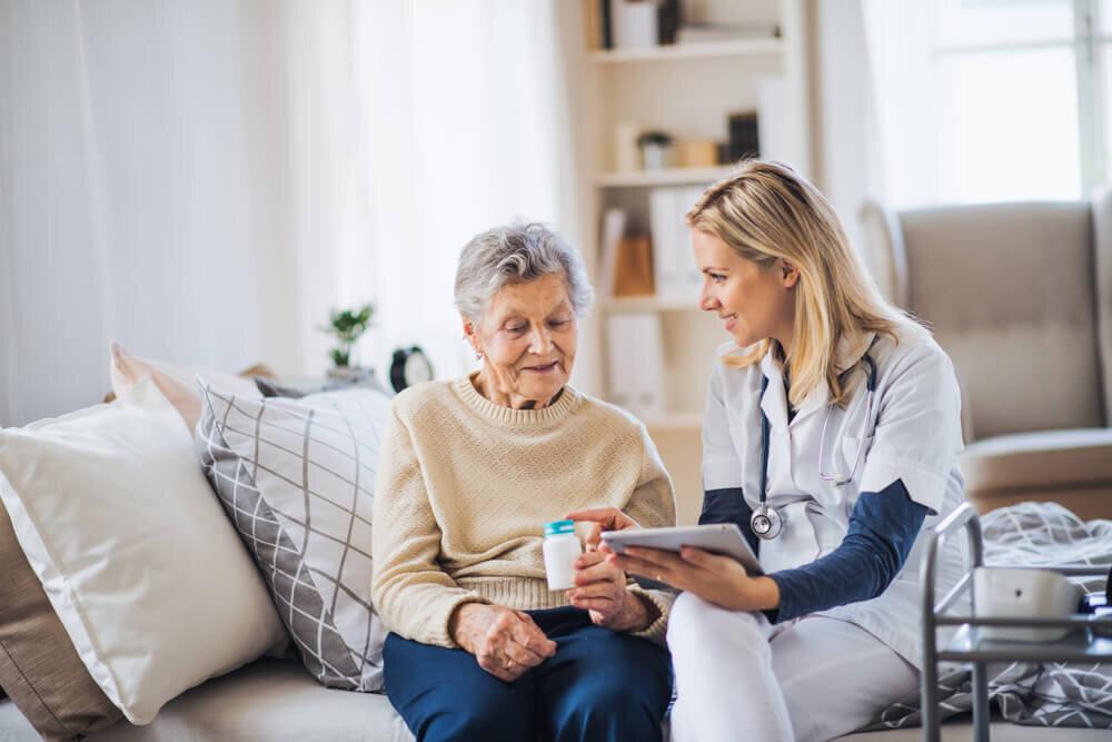 薬の説明を受ける高齢女性