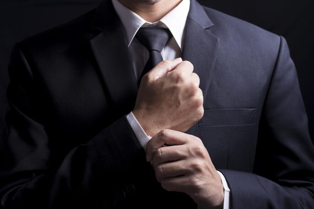 黒いネクタイの男性