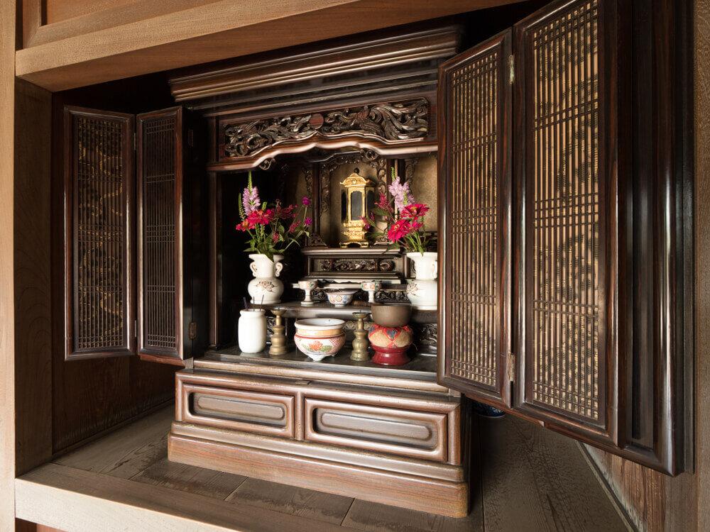 扉が開いた状態の仏壇