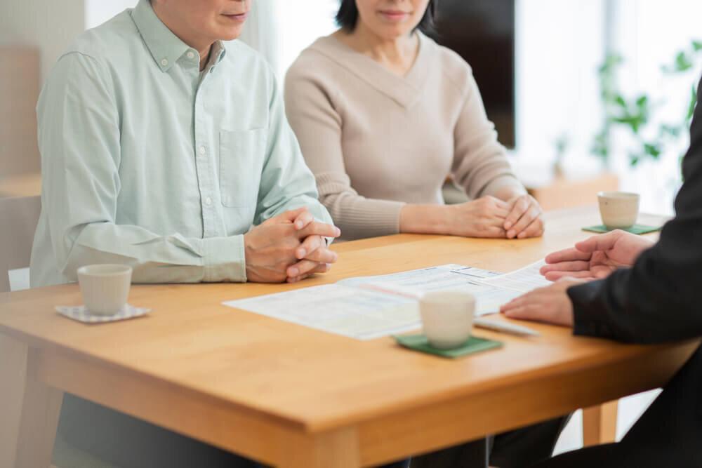 契約内容を確認する夫婦