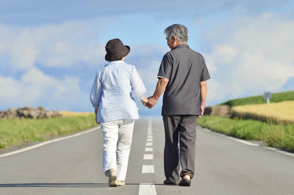 手をつないで歩く夫婦