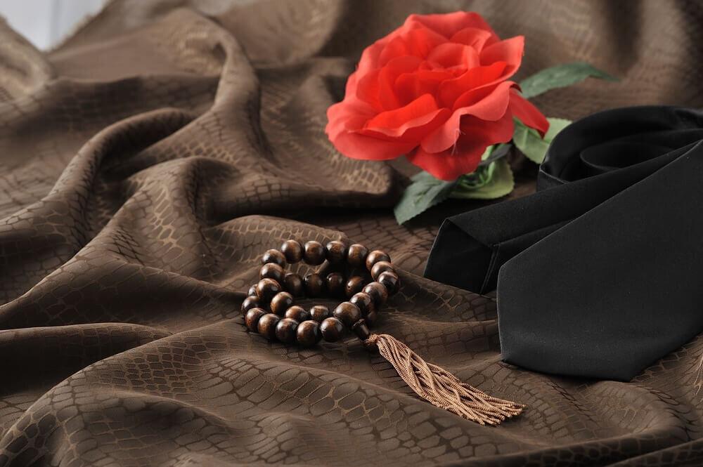 数珠と並ぶ花