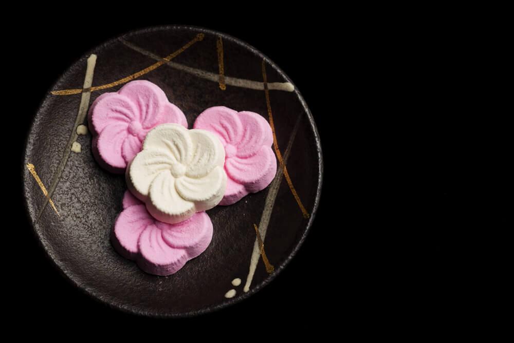 黒いお皿に乗った花の落雁