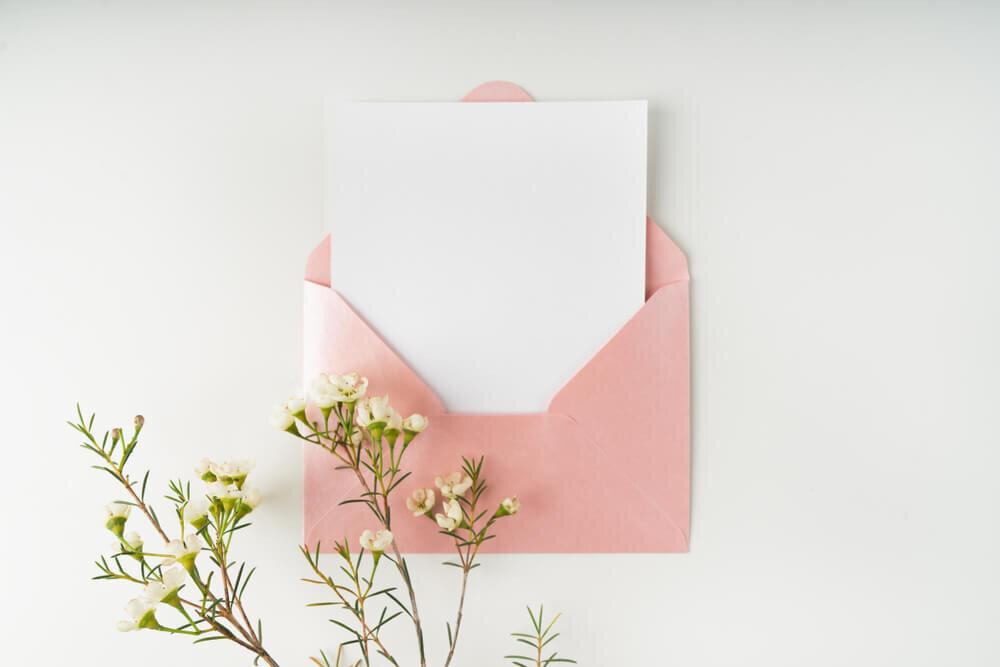 ピンクの封筒に入った手紙