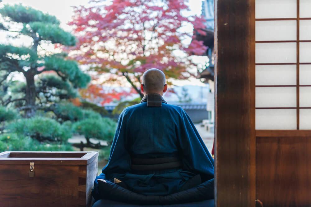 背中を向ける僧侶