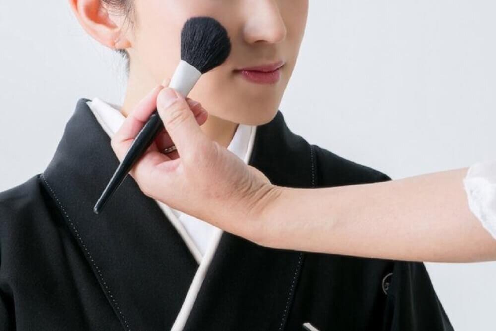 化粧をされる女性