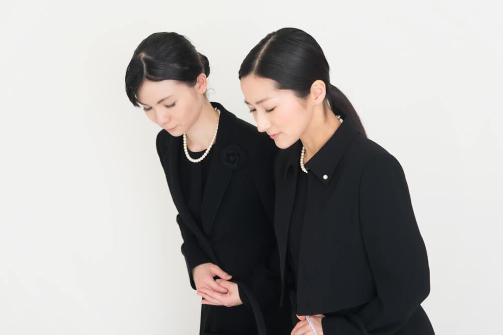 喪服姿の2人の女性