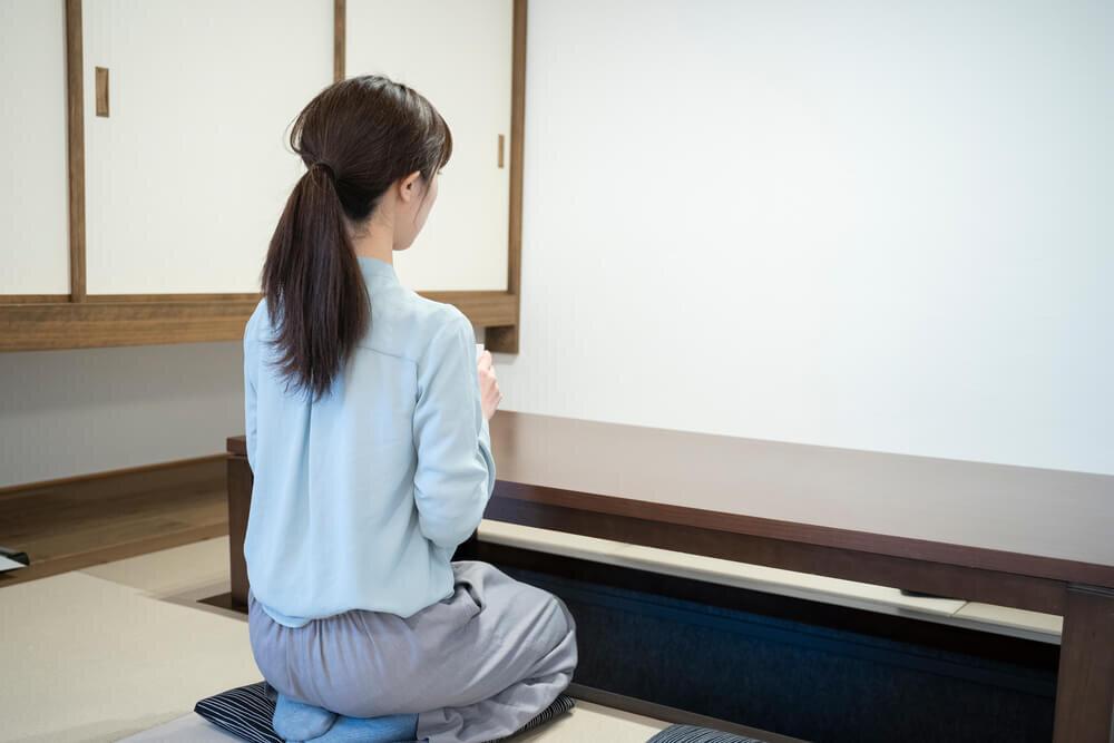 和室で正座をする女性