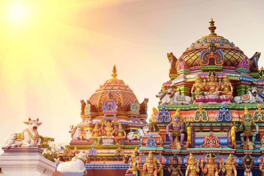 太陽に照らされたインドの寺院