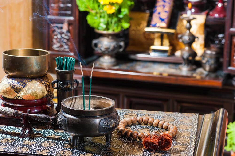 仏壇の前に置かれた線香