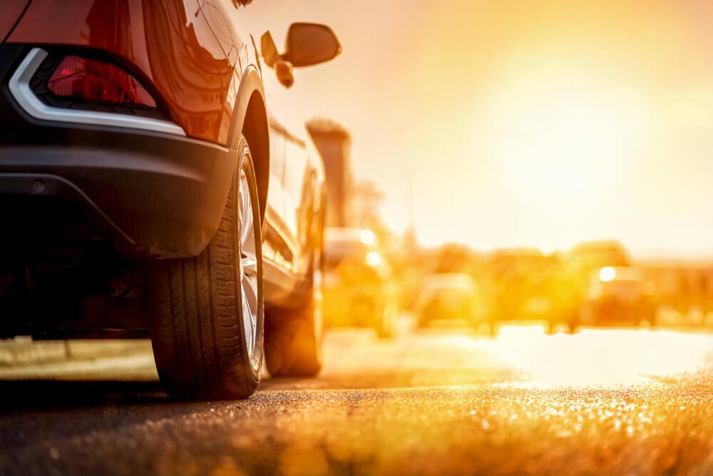 夕日に照らされる車