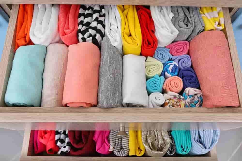 引き出しの中できれいに折りたたまれた服たち