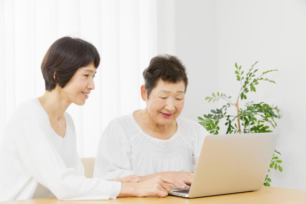 パソコンに触れる女性たち