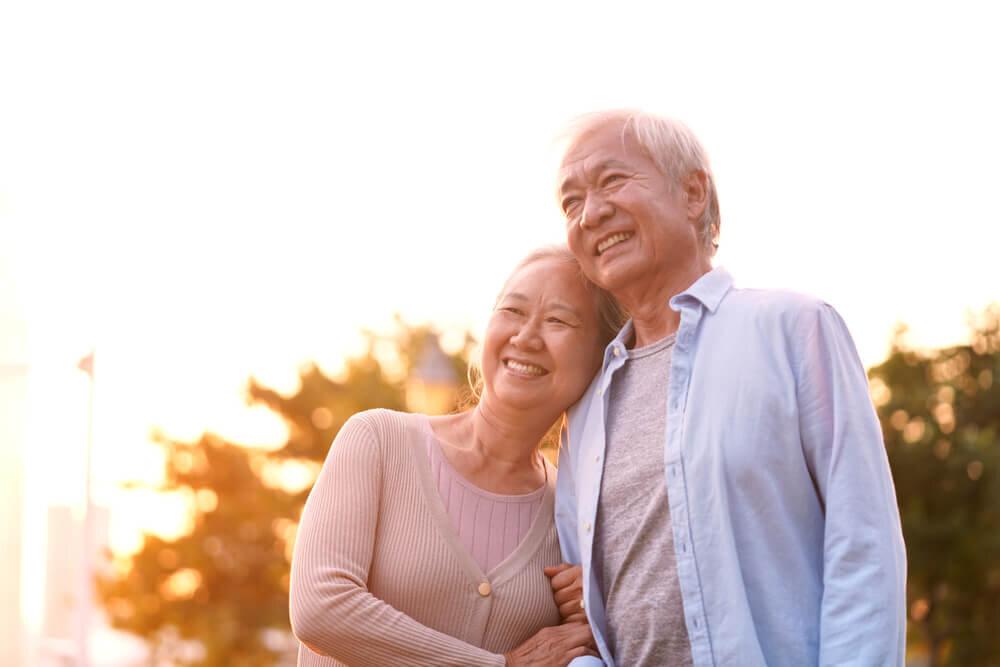 寄り添い合う老夫婦