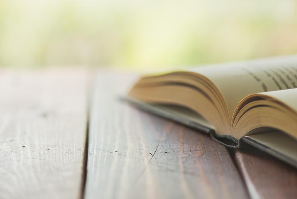 机に置かれた本