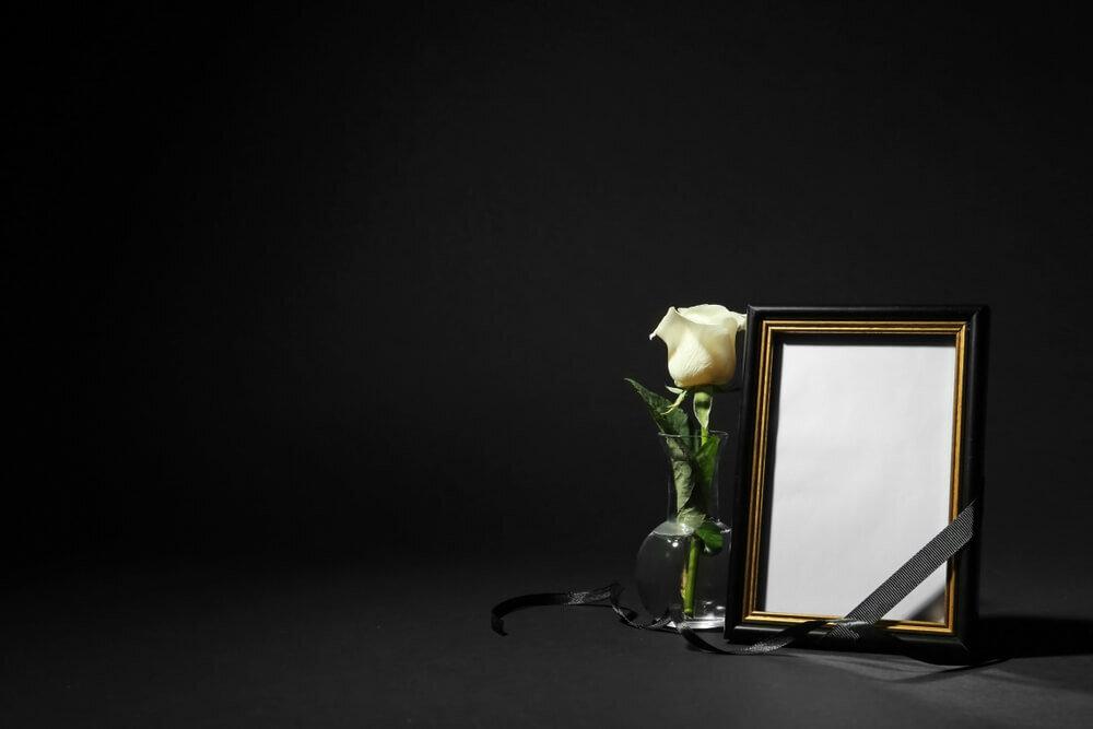 白い花と遺影の額縁