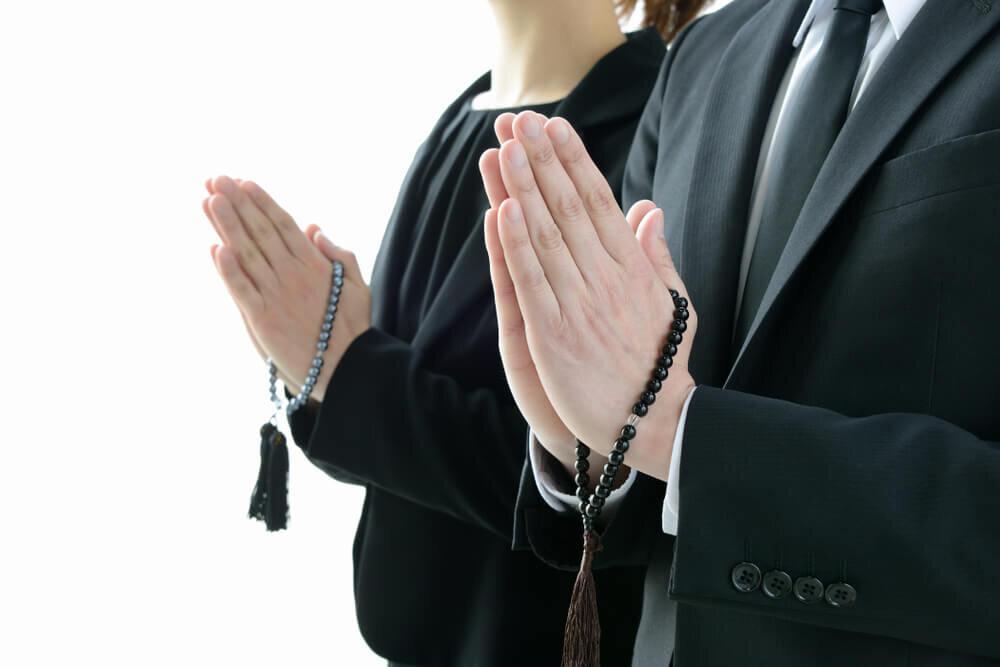 手を合わせる男性と女性