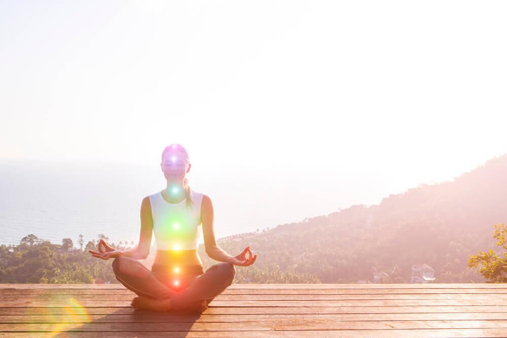 高地で瞑想する女性