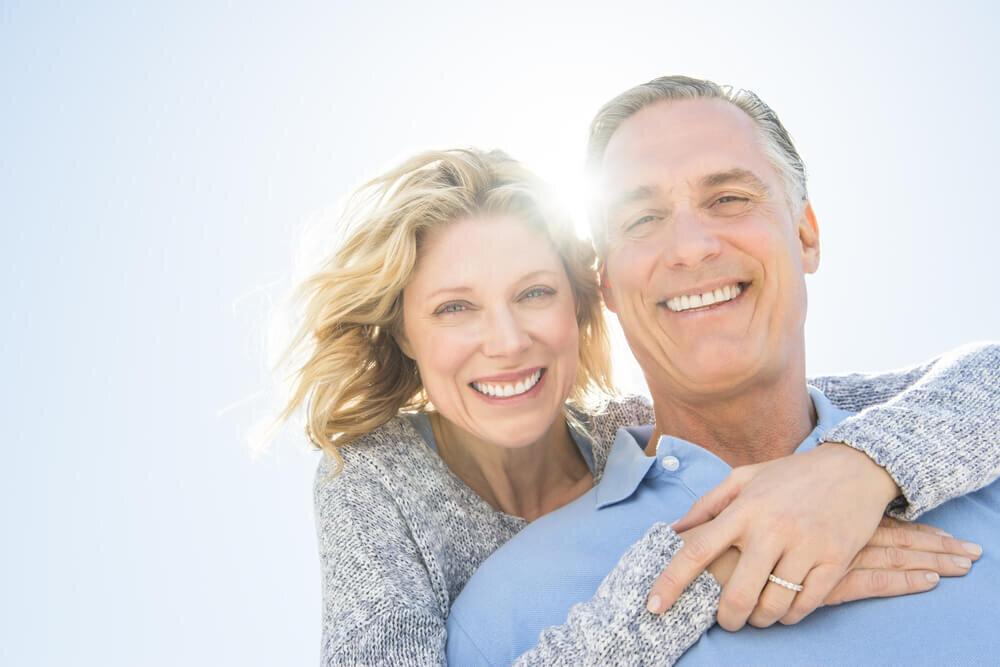 微笑む夫婦