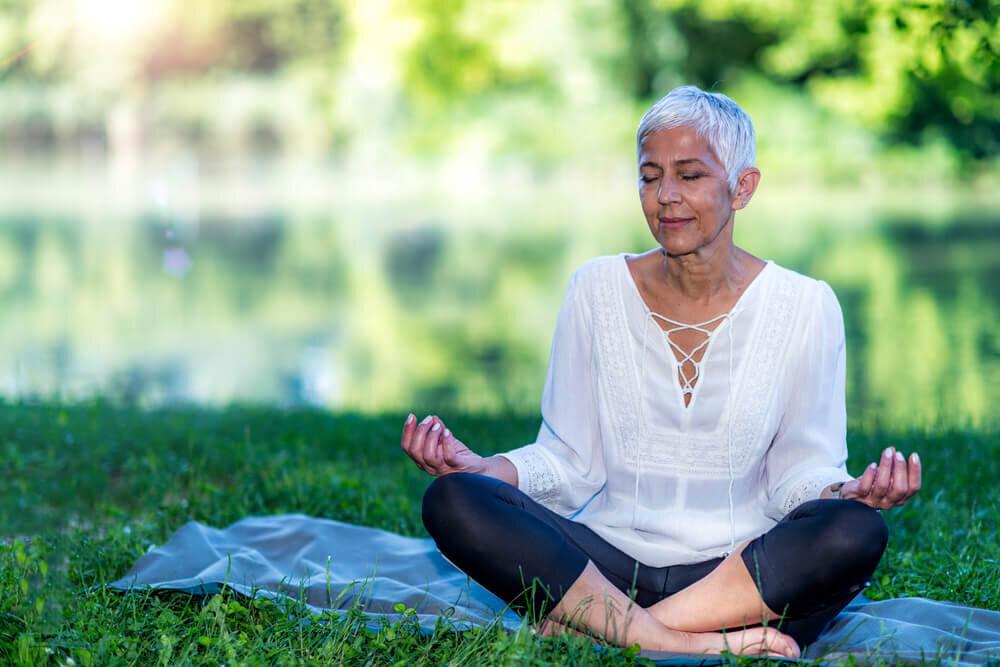 緑の中で瞑想する女性