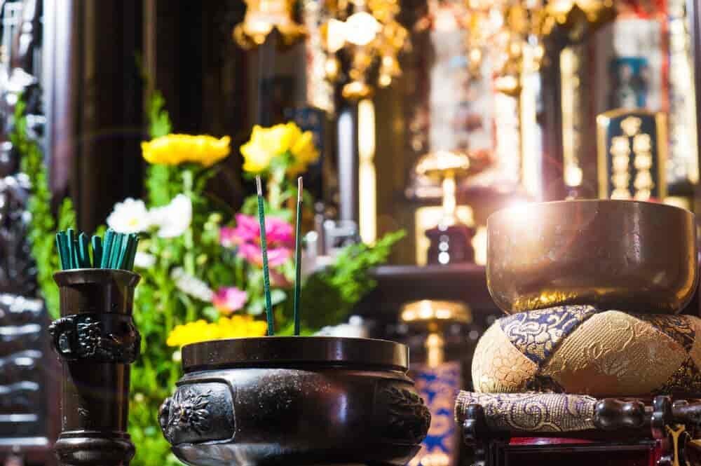 花が飾られた仏壇