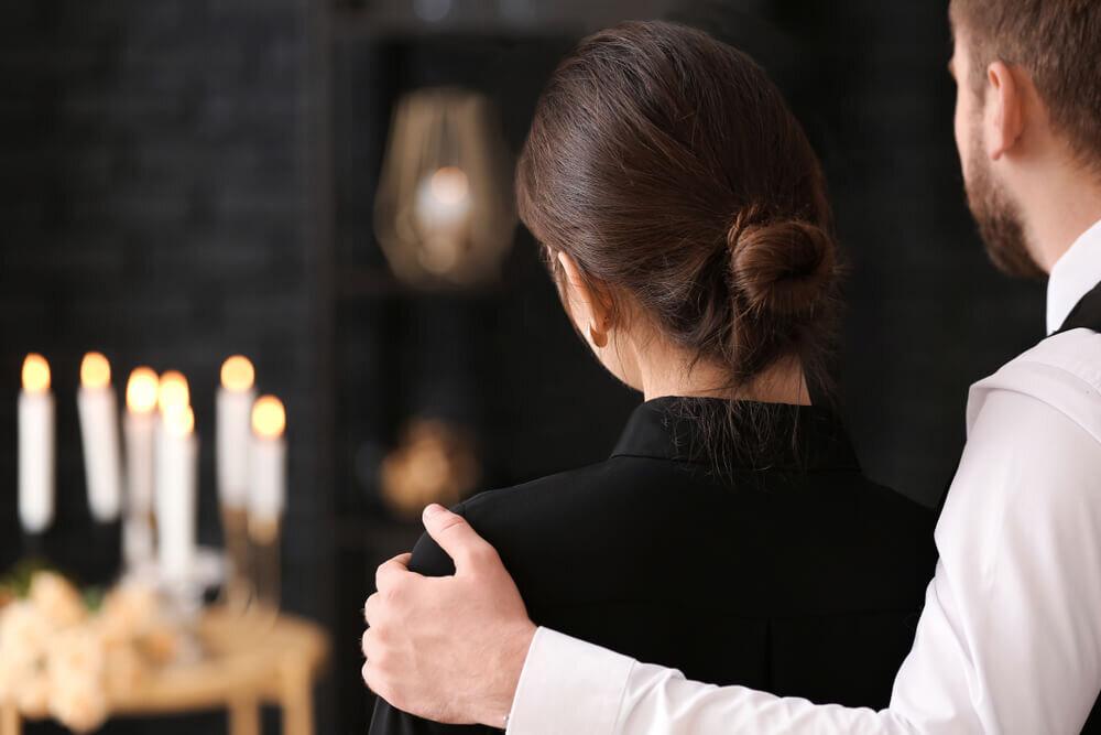 葬儀で家族にお別れをする夫婦