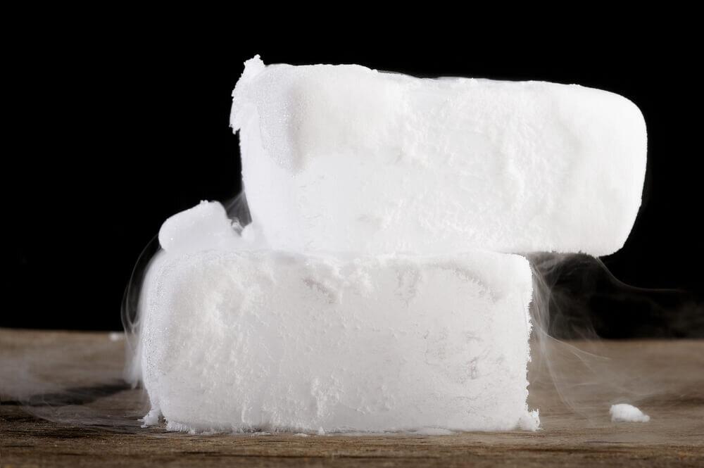 積み重なったブロック状のドライアイス