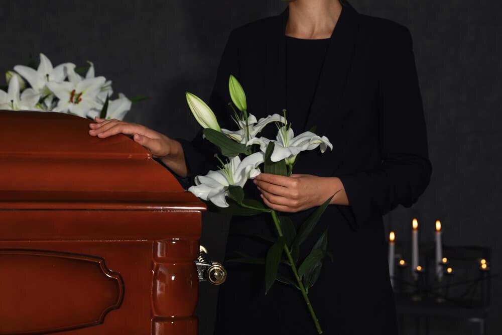 百合の花を持つ女性