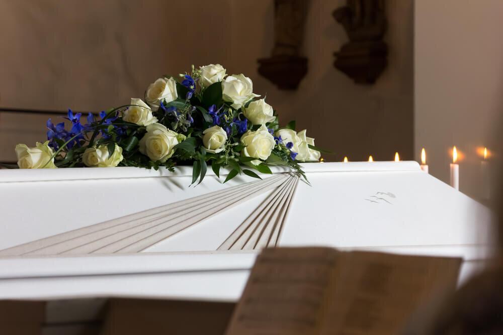 白いバラが置かれた棺桶