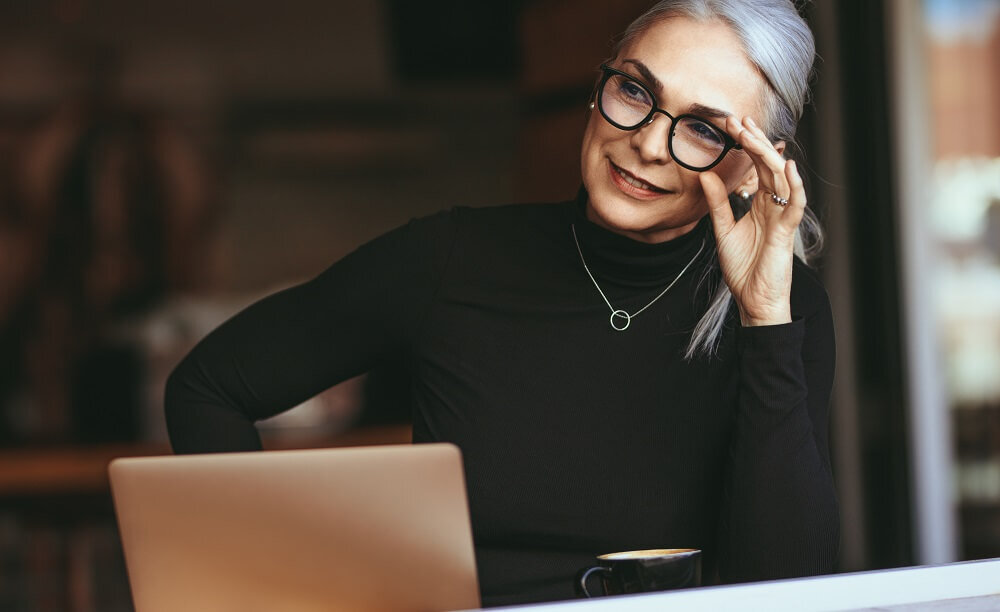 PCの前に座る女性