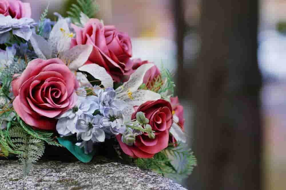 花が置かれた墓石