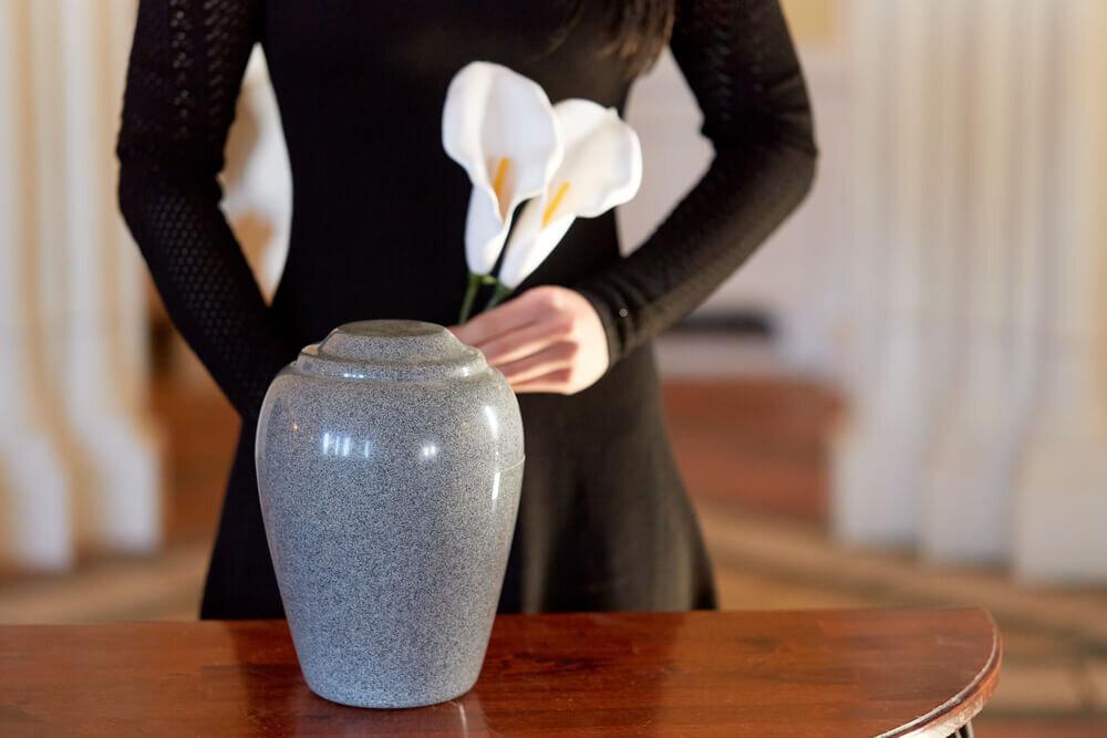 白い花を持つ女性