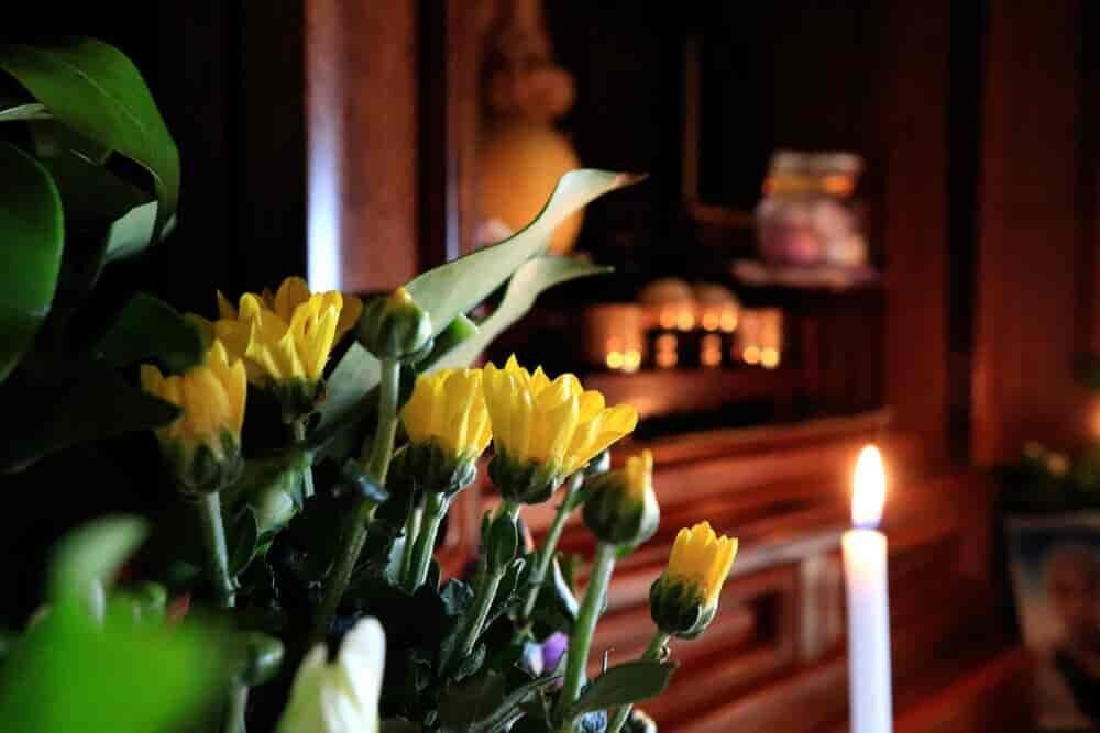 菊が飾られた仏壇