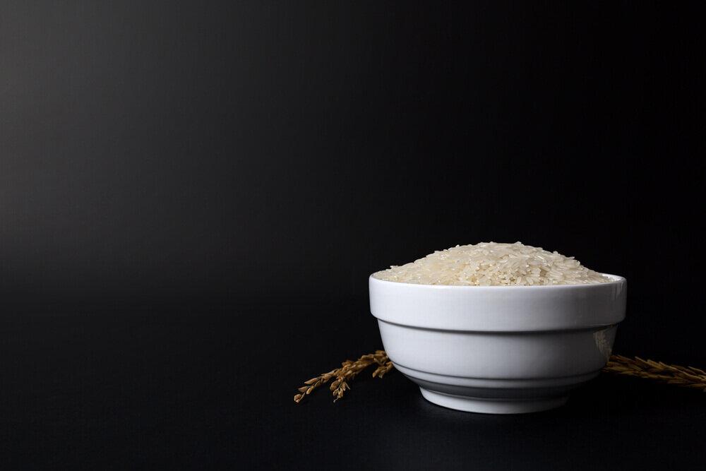 白い器に盛られた米