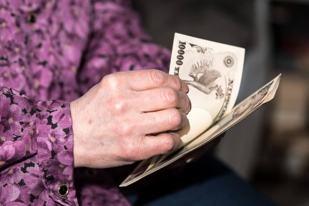 札束を数える高齢女性