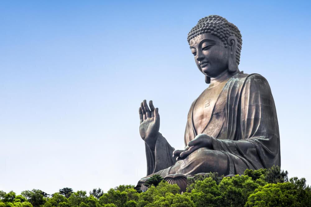 青空の下に佇む仏像