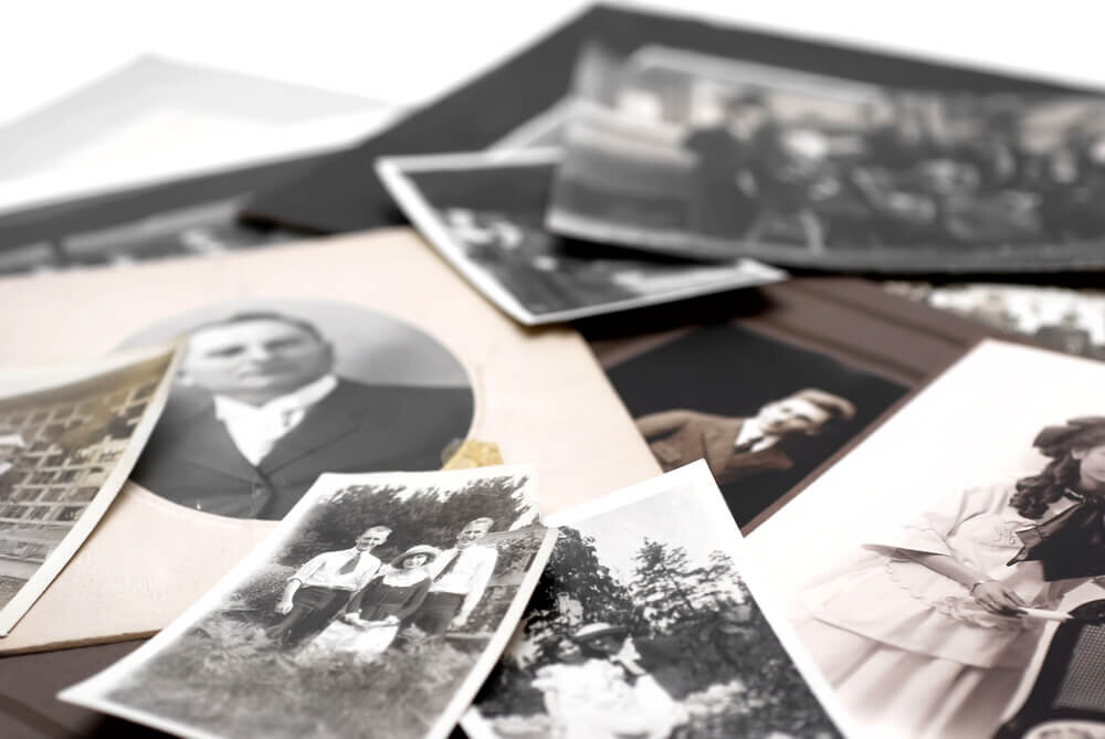 散りばめられた古い家族写真