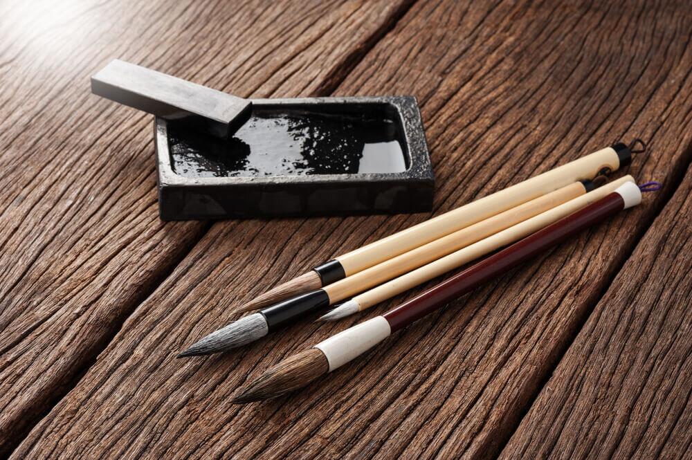 テーブルに置かれた墨と筆
