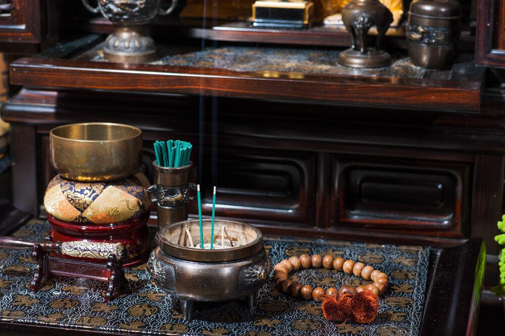 仏壇の前の線香や数珠