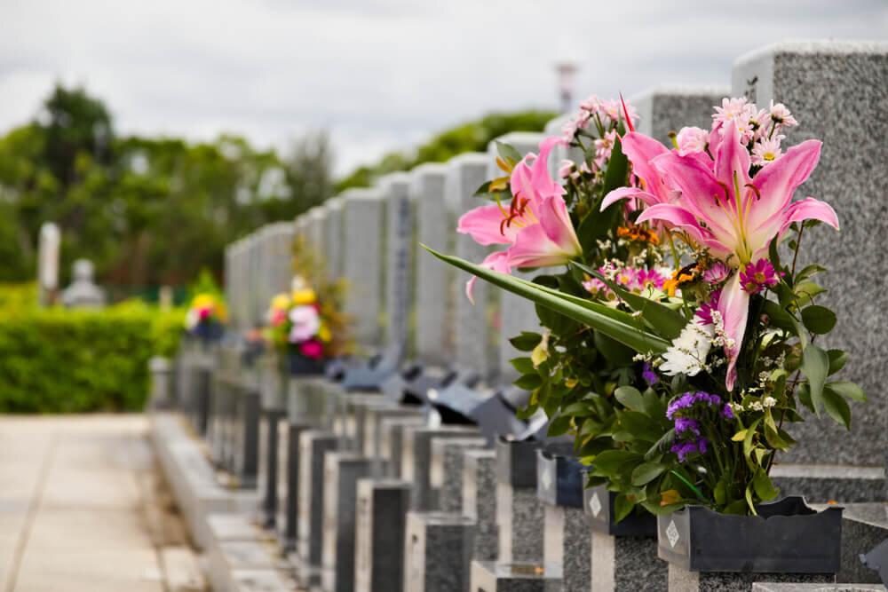 墓石が並ぶ墓地